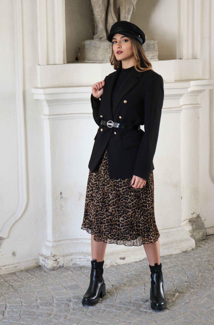 Plisseerock-Blazer-Outfit